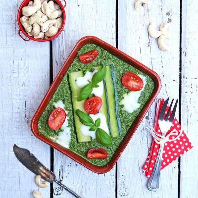 Zucchini-Lasagne mit Spinat-, Basilikum- und Tomatenpesto und Frischrahm/Cashewnaise
