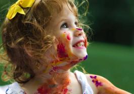 Kinder unterhalten während der Ausgangssperre